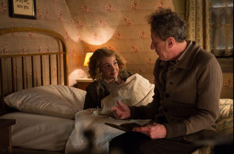 Storia di una ladra di libri: Sophie Nélisse in una scena del film con Geoffrey Rush