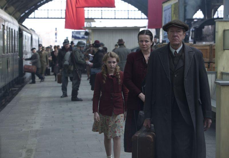 Storia di una ladra di libri: Sophie Nélisse in una scena del film con Geoffrey Rush e Emily Watson