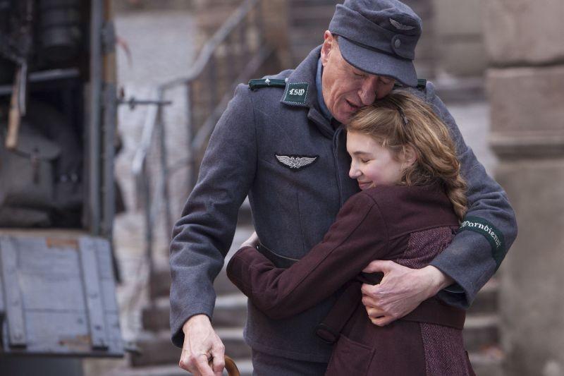 Storia di una ladra di libri: Sophie Nélisse in una tenera scena del film con Geoffrey Rush