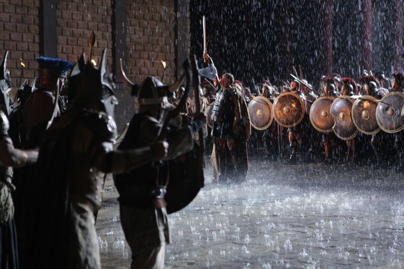 Hercules: La leggenda ha inizio, Kellan Lutz trionfa sotto la pioggia in una scena del film