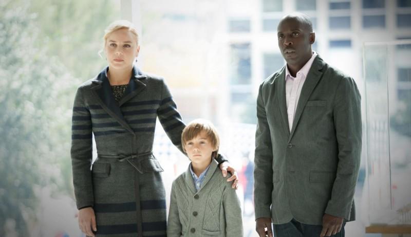 Robocop: Abbie Cornish in una scena con Michael K. Williams e John Paul Ruttan