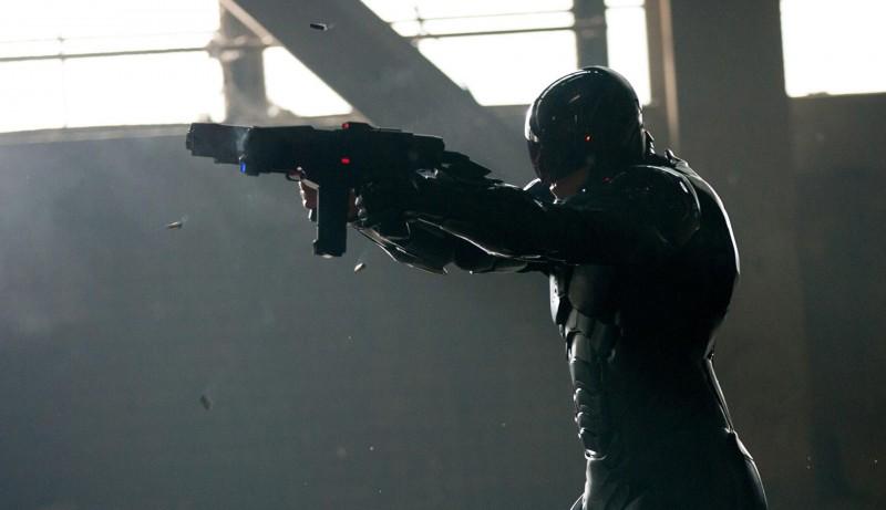 Robocop: il protagonista Joel Kinnaman in una scena d'azione del remake di José Padilha