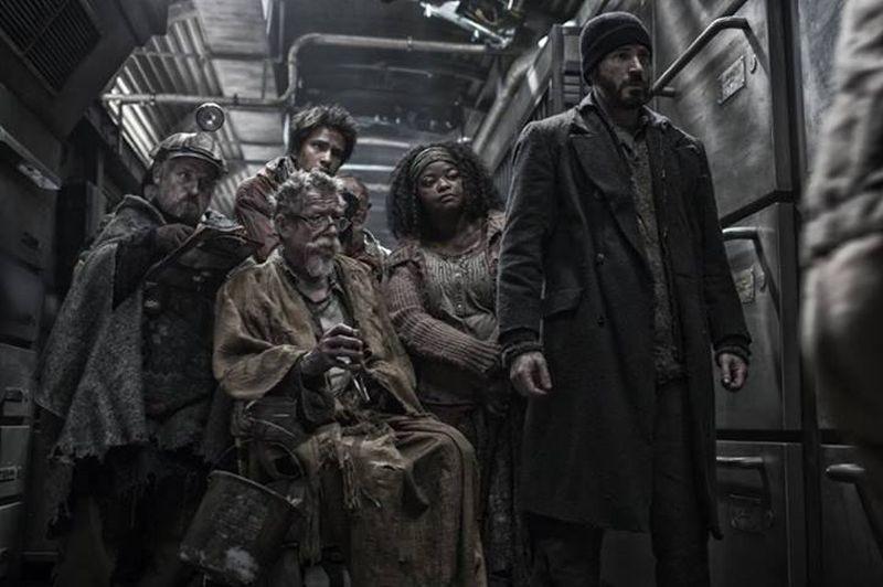 Snowpiercer: Chris Evans e John Hurt in un momento del film