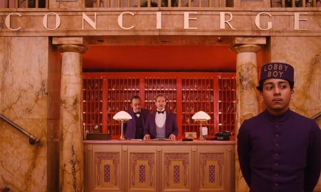 The Grand Budapest Hotel: Ralph Fiennes e Tony Revolori alla reception