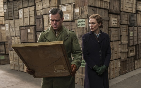 The Monuments Men: Matt Damon e Cate Blanchett osservano un dipinto