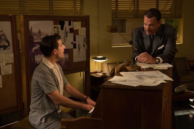 Saving Mr. Banks: Jason Schwartzman e Tom Hanks in una scena del film