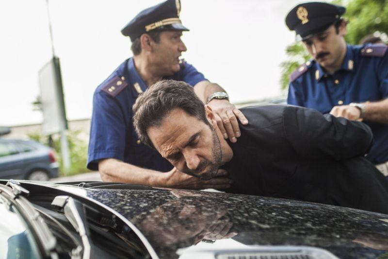Smetto quando voglio: Neri Marcorè viene arrestato in una scena del film
