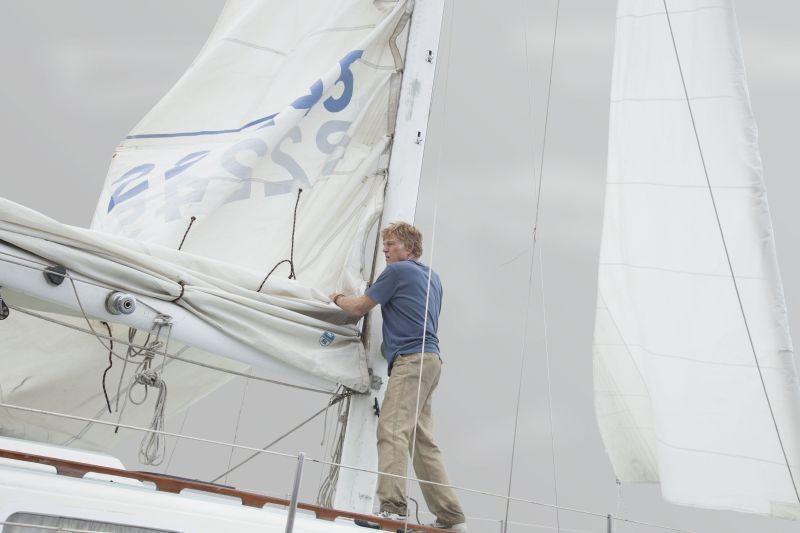 All Is Lost: Robert Redford ripiega le vele della sua imbarcazione in una scena del film