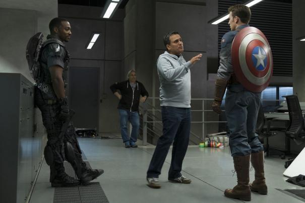 Captain America: The Winter Soldier - Chris Evans e Anthony Mackie sul set ascoltano le indicazioni dei registi