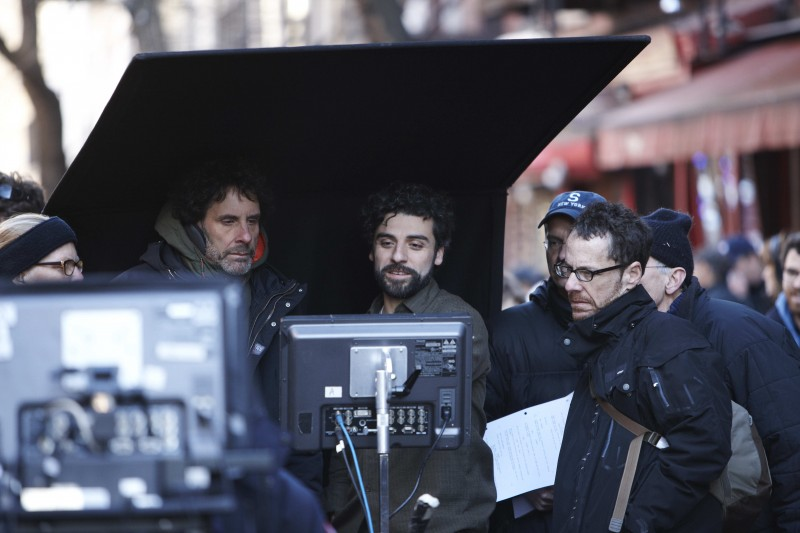 Inside Llewyn Davis: il regista Joel e Ethan Coen con Oscar Isaac sul set