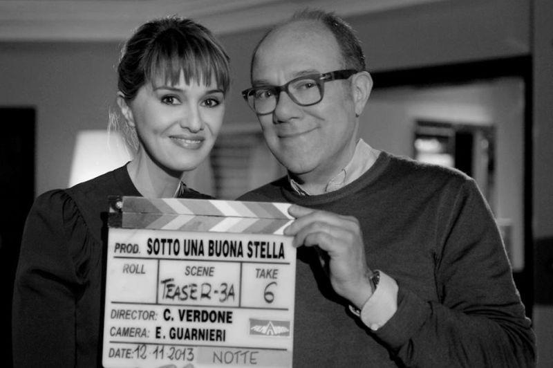 Sotto una buona stella: Paola Cortellesi e Carlo Verdone sorridenti in una foto promozionale