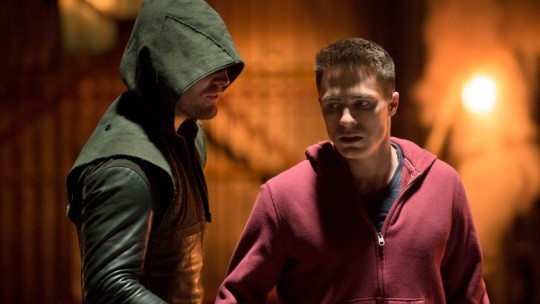 Arrow: Colton Haynes e Stephen Amell nell'episodio Tremors