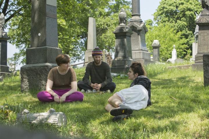 Girls: Lena Dunham, Jon Glaser e Gaby Hoffman nell'episodio Dead Inside
