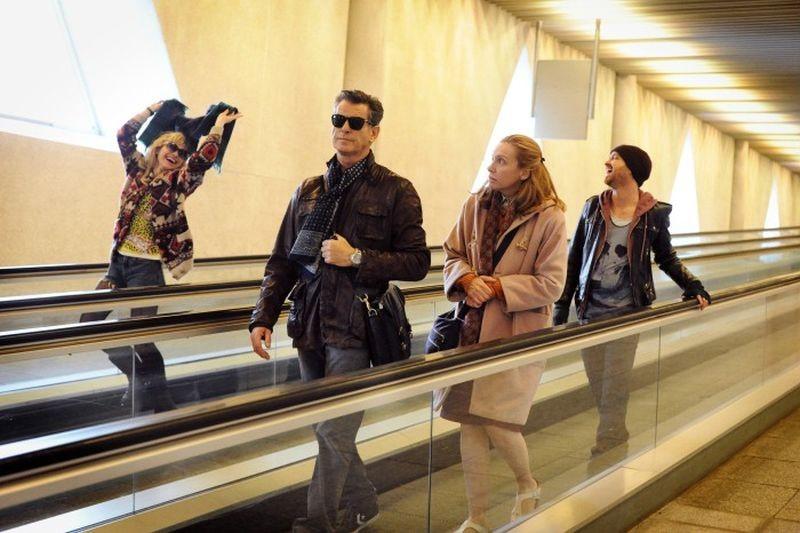 Non buttiamoci giù: Pierce Brosnan con Toni Collette, Aaron Paul e Imogen Poots in una scena