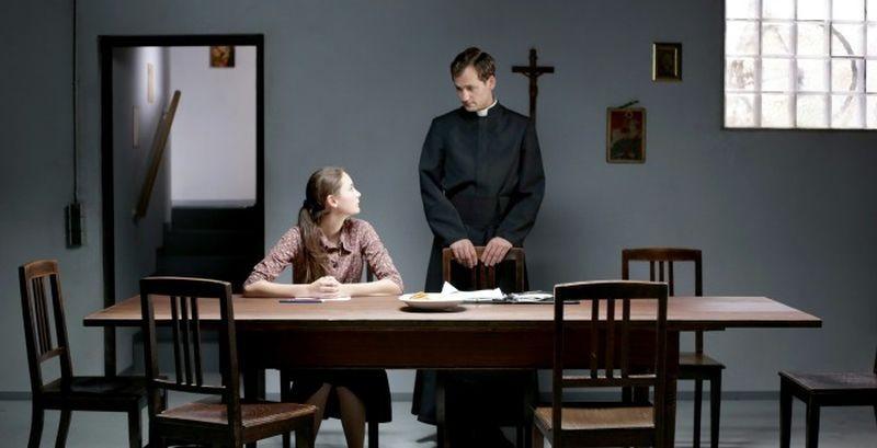 Kreuzweg - Le stazioni della fede: Lea van Acken con Florian Stetter in una scena del film