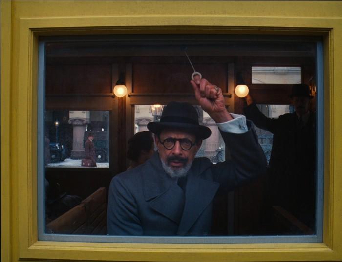 The Grand Budapest Hotel: Jeff Goldblum in una scena del film sul treno