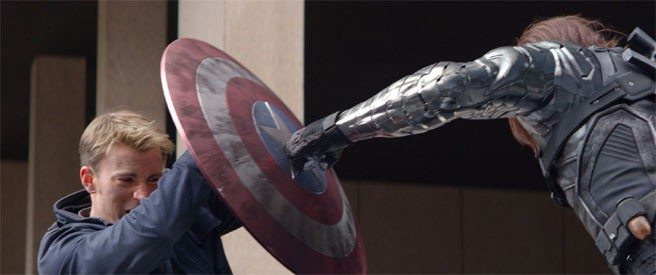Captain America: The Winter Soldier: Chris Evans respinge l'attacco di Sebastian Stan