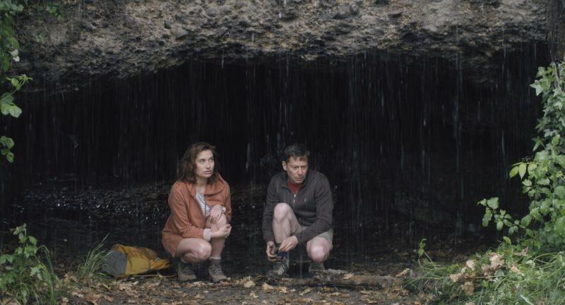 I you don't, I will: Emmanuelle Devos e Mathieu Amalric nella foresta in una scena del film