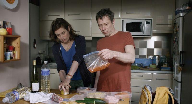 I you don't, I will: Emmanuelle Devos e Mathieu Amalric si dilettano in cucina in una scena del film