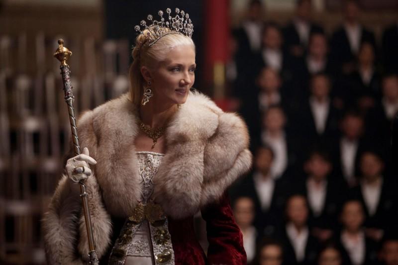 Joely Richardson è la Regina Tatiana nel film Vampire Academy