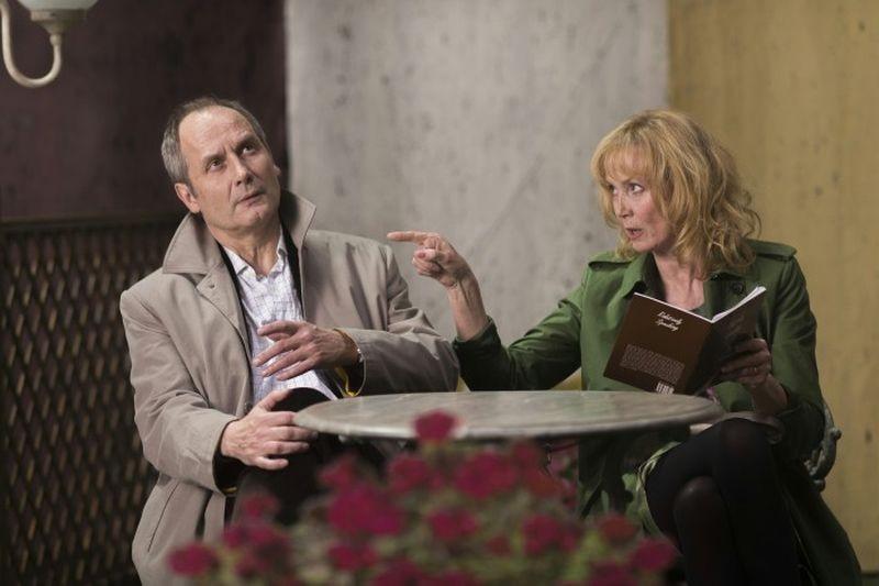 Life of Riley: Hippolyte Girardotcon Sabine Azéma in una scena della commedia