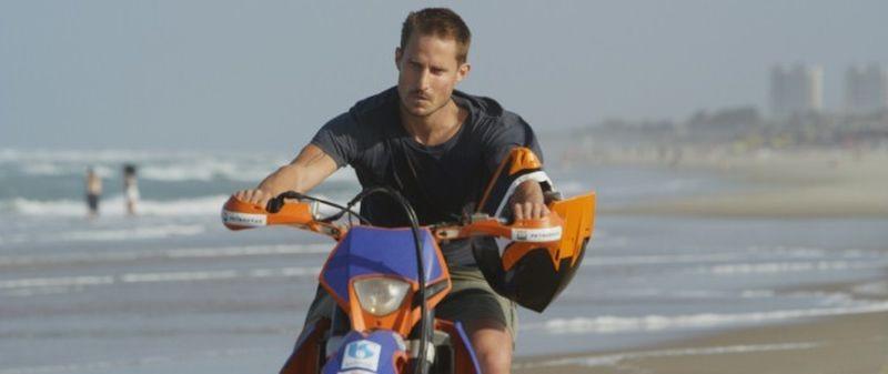 Praia do Futuro: Clemens Schick a bordo della sua moto in una scena del film