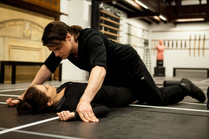 Zoey Deutch e Danila Kozlovsky nel film Vampire Academy