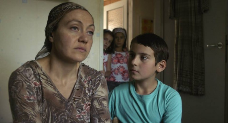 Macondo: Kheda Gazieva col piccolo Ramasan Minkailov in una scena