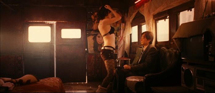 No Man's Land: Nan Yu si spoglia sensualmente in una scena del film davanti a Zheng Xu