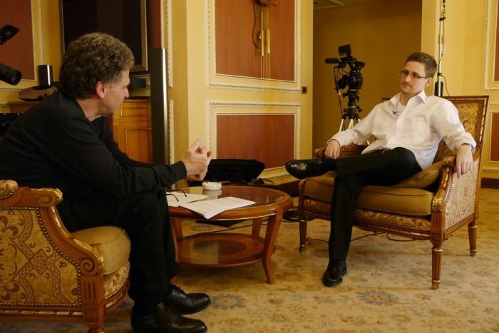 Edward Snowden - Das Interview: Hubert Seipel con Edward Snowden in una scena del documentario