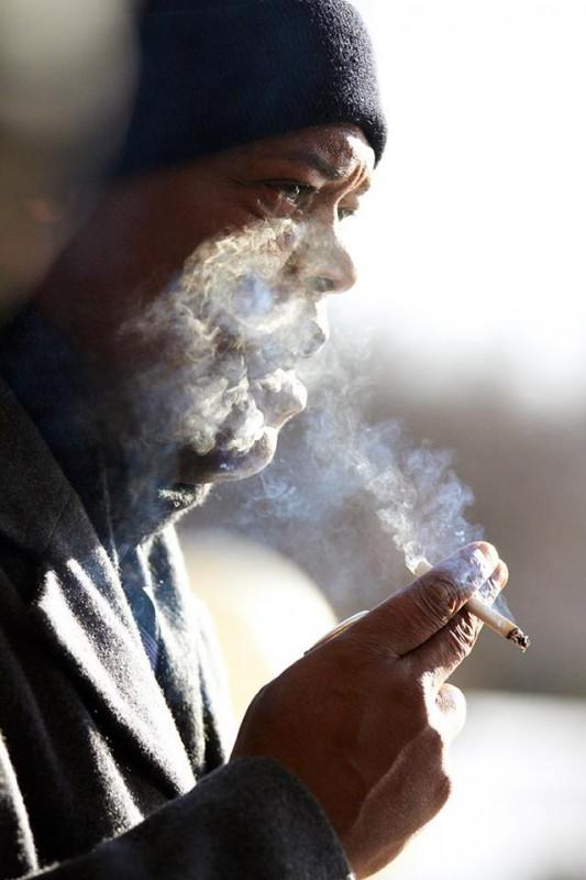 Un ragionevole dubbio: Samuel L. Jackson fuma preoccupato in una scena del film