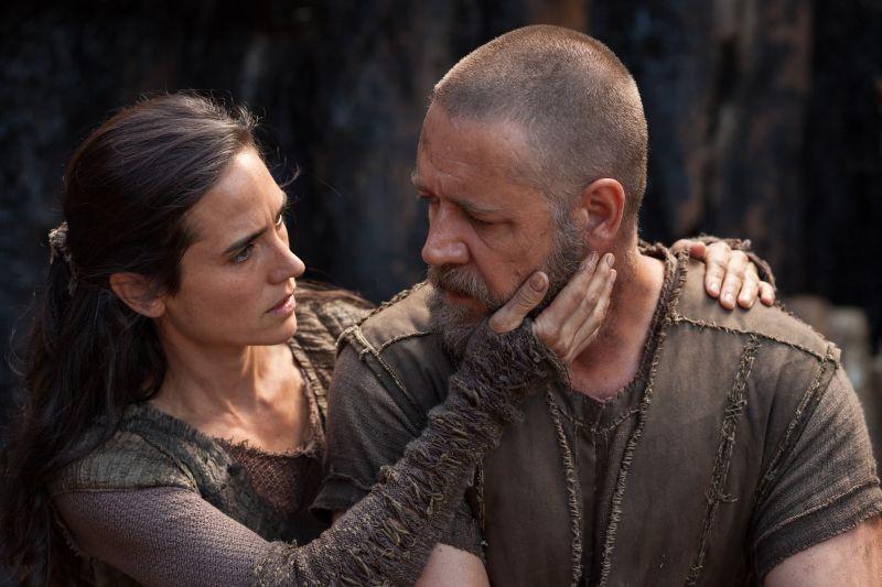Noah: Russell Crowe con Jennifer Connelly in una scena del film