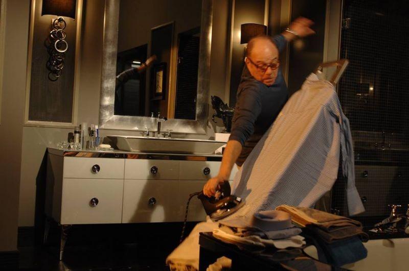 Sotto una buona stella: Carlo Verdone tenta di stirare una camicia in una scena del film