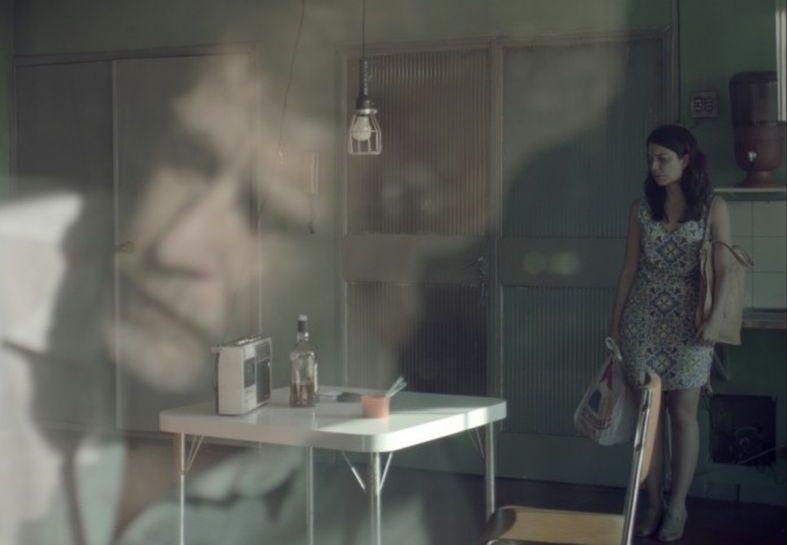 The Man of the Crowd: Paulo André (in trasparenza) e Silvia Lourenço in una scena del film