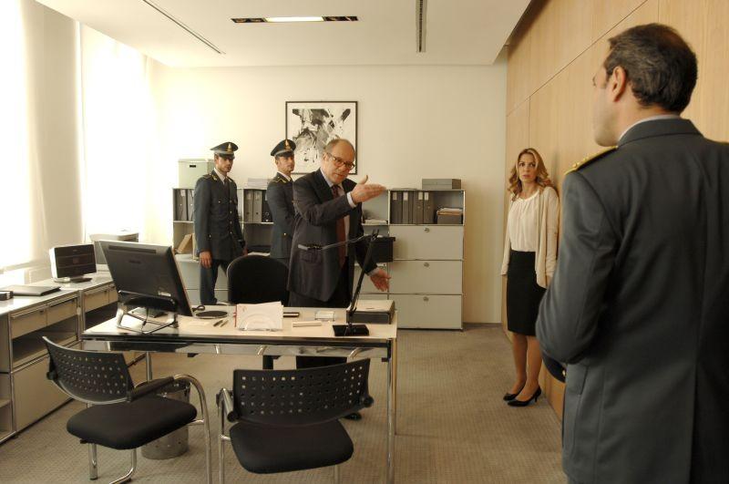 Sotto una buona stella: Carlo Verdone nel suo ufficio parla con gli ufficiali della Guardia di Finanza
