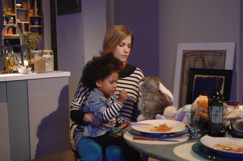 Sotto una buona stella: Tea Falco con la sua bambina in una scena del film
