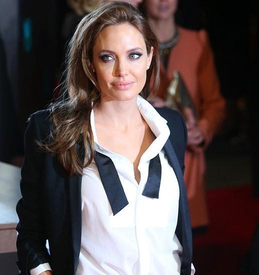 Una splendida Angelina Jolie ai BAFTA 2014 in smoking