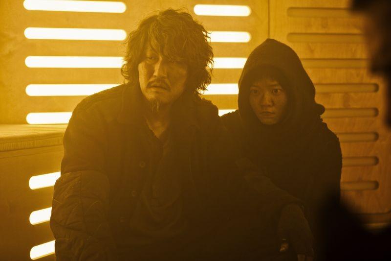 Snow Piercer: Song Kang-ho e Ko Ah-sung in una scena del film