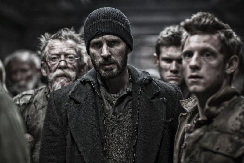 Snowpiercer: Chris Evans, John Hurt e Jamie Bell in una scena del film