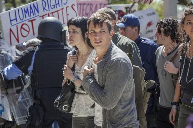 Star-Crossed: Brina Palencia e Matt Lanter in una scena del pilot della serie