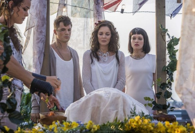Star-Crossed: Susan Walters, Brina Palencia, Matt Lanter, Chelsea Gilligan nell'episodio These Violent Delights Have Violent Ends