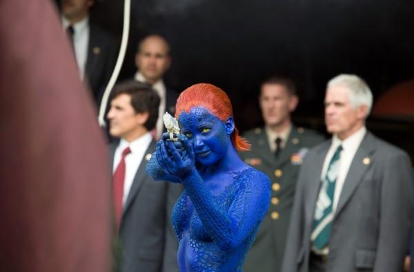 X-Men: Giorni di un futuro passato: Jennifer Lawrence in versione Mystica con la pistola in pugno