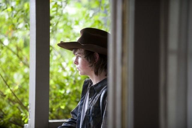 The Walking Dead: Chandler Riggs è un pensieroso Carl nell'episodio Salvare il mondo