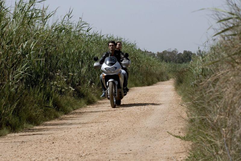 Allacciate le cinture: Kasia Smutniak e Francesco Arca in moto in una scena del film