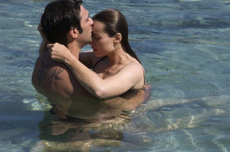 Allacciate le cinture: Kasia Smutniak in acqua con Francesco Arca in una sensuale scena del film
