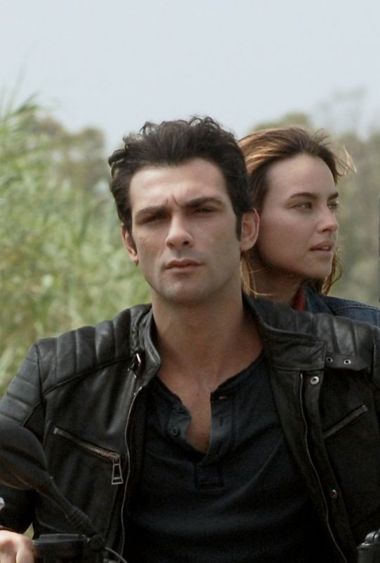 Allacciate le cinture: Kasia Smutniak insieme a Francesco Arca in moto in una scena del film