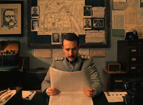 The Grand Budapest Hotel: Edward Norton legge il giornale