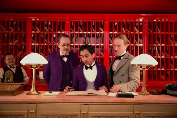 The Grand Budapest Hotel: Tony Revolori e Owen Wilson dietro il banco della reception