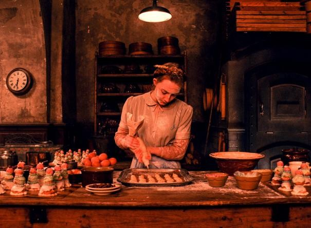 The Grand Budapest Hotel: un'infarinata Saoirse Ronan prepara le torte