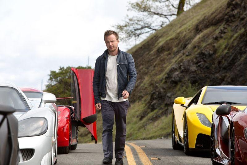 Need for Speed: Aaron Paul cammina tra le auto in una scena del film